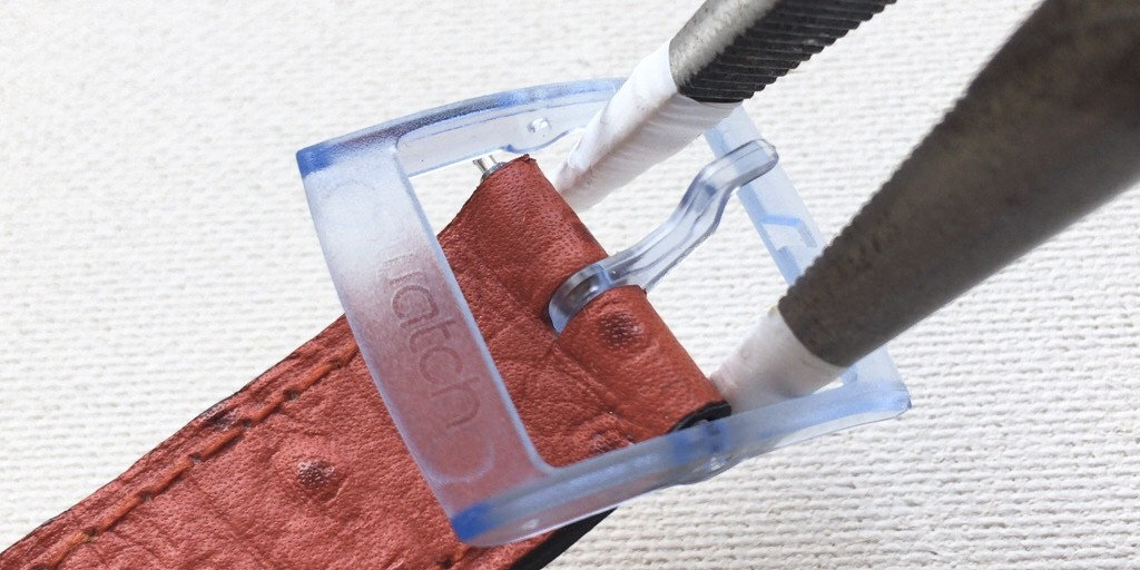 スウォッチのプラスチック尾錠を交換するときに外す方法を説明する画像
